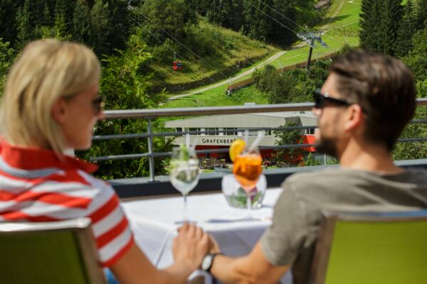 Guests enjoy Cokctail with view on the Grafenbergbahn Wagrain