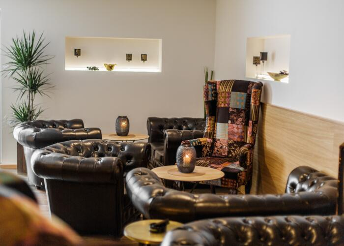cosy smokerslounge with leather chairs